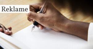 En person der skal til at skrive noget i en bog
