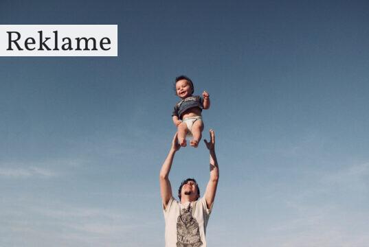 Mand kaster barn op i luften